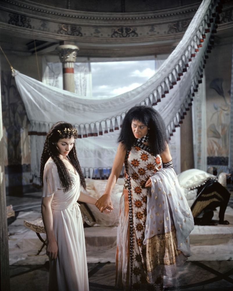 caesar and ceopatra Caesar and cleopatra, a play written in 1898 by george bernard shaw, was first staged in 1901 and first published with captain brassbound's conversion and the devil's disciple in his 1901 collection, three plays for puritans.