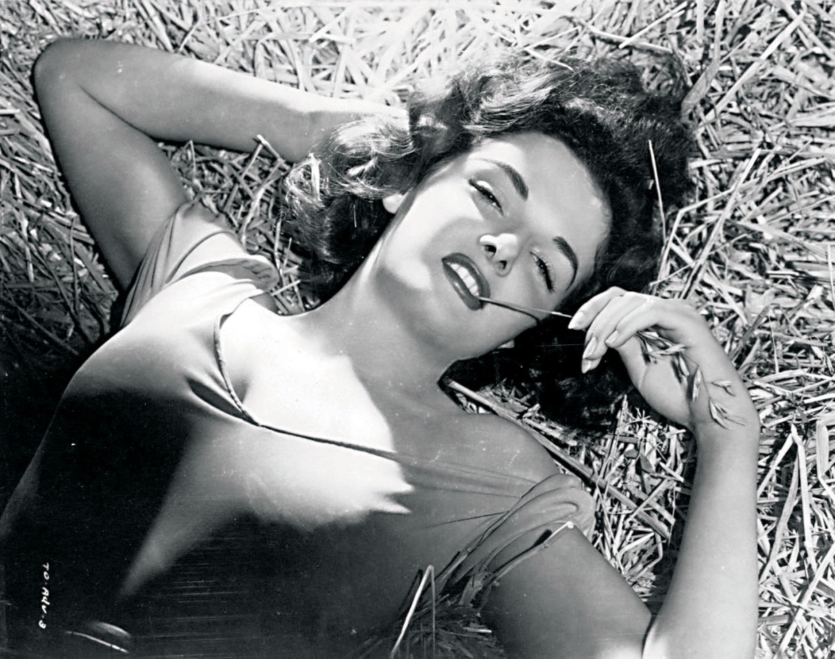 http://verdoux.files.wordpress.com/2011/03/jane-russell-the-outlaw-publicity-shoots-hurrell-6.jpg?w=1200